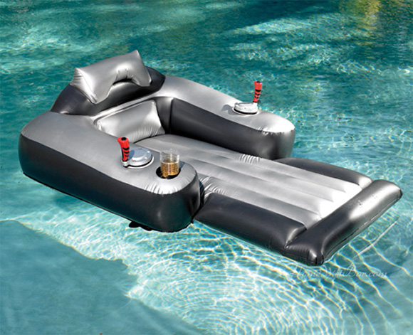 "Motorized Recliner Chair Im Gegenteil: Der ""Ultimate Motorized Lounge Chair Pool Float"" ist ..."